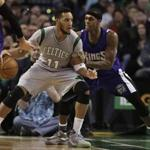 Boston Celtics guard Evan Turner, left, looks for an opening around Sacramento Kings guard Rajon Rondo, right, in the fourth quarter of an NBA basketball game, Sunday, Feb. 7, 2016, in Boston. (AP Photo/Steven Senne)