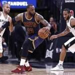 Cavaliers forward LeBron James (center) was held up by Spurs guard Tony Parker (left) in the first half.