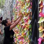 People left notes with messages in tribute to the victims of the Barcelona attack on a board in the Spanish city.