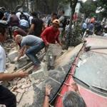 People removed debris of a building which collapsed after a quake rattled Mexico City on Tuesday.