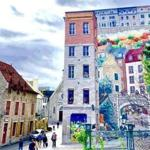 La Fresque des Québécois was completed in 1999 on the wall of Soumande House on Notre-Dame Street. The mural pays homage to the history of Quebec City by depicting a number of its key figures.