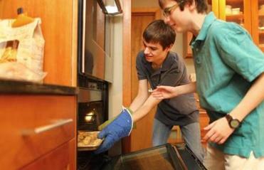 Walt (direita), com seu 13-year-old irmão Malcolm, faziam os biscoitos sem glúten, um domingo.