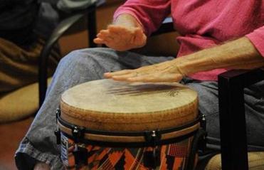 Leni, un ospite, partecipa a una classe denominata Making Music.