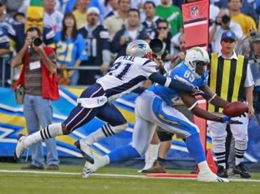 Antonio Gates caught this pass in front of Deltha O'Neal during the first quarter.