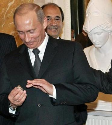In a 2005 photo, Russian President Vladimir Putin admired the Super Bowl ring that Robert Kraft had handed to him.