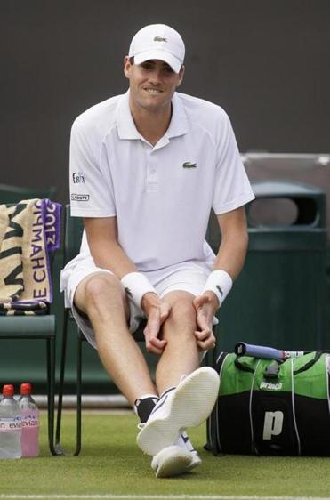 American John Isner pulled out of his second-round match with a knee injury.