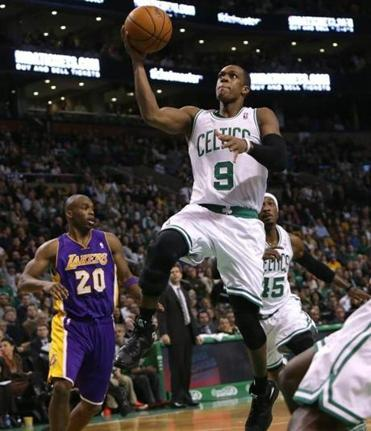 Rajon Rondo drove to the hoop to finish off a fast break in the second quarter.