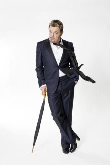 British comedian Eddie Izzard has performed in English, French, and German, and is looking to play shows in Spanish, Russian, and Arabic to audiences of native speakers.