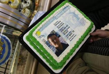 A replica of Genesio Oliveira's newly issued green card topped a Haverhill couple's cake.