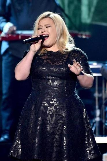 Kelly Clarkson performed during the 2014 American Country Countdown Awards.