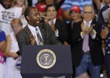 HUD says Carson did nothing wrong by appearing with Trump