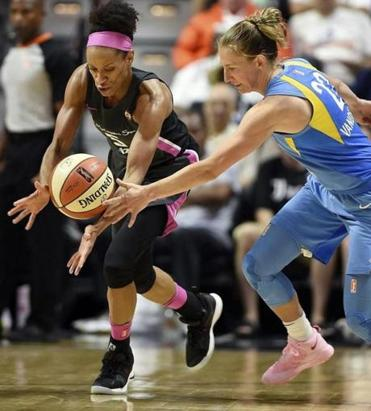 Connecticut Sun guard Jasmine Thomas (left) stole the ball from Chicago Sky guard Courtney Vandersloot during a WNBA game earlier this month.