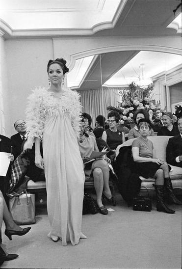Mrs. Simpson, in a beret at right at a fashion show, was known for her witty, no-nonsense mien in her quarter-century as fashion editor at Vogue.
