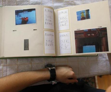 Walt passou parte do seu dia a impressão das fotos de rebocadores e colocá-las em um álbum.