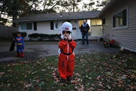 NOT FOR GETTY. Framingham, Ma., 10/31/17, Four year old Fatima Hayani dressed as an astronaut for her first Halloween. Suzanne Kreiter/Globe staff