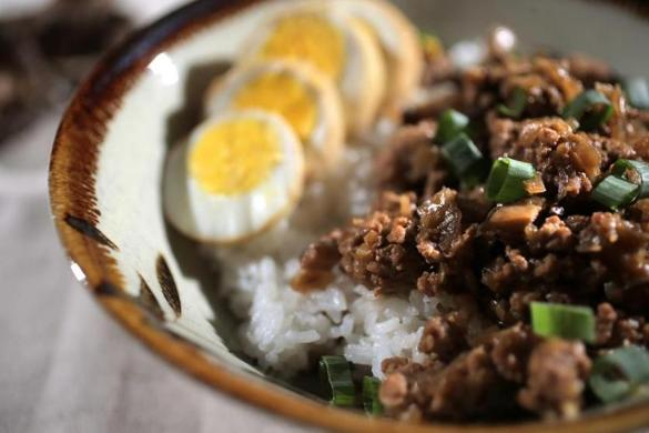 Cambridge, MA - 03/10/15 - Food blogger Jennifer Che makes Taiwanese beef stew on rice in her Cambridge home kitchen. Lane Turner/Globe Staff Section: FOOD Reporter: coop Slug: 25blogger