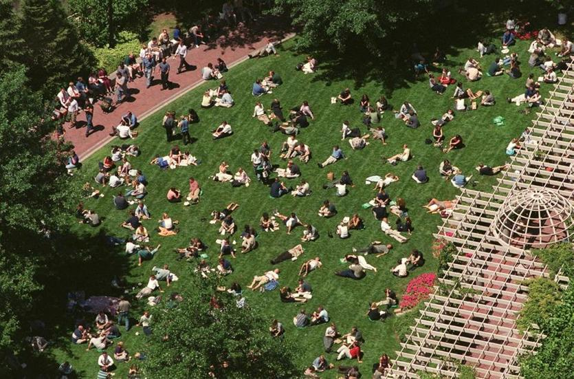 Boston, MA -- 7/27/01 -- FEATURE -- The lunch-time crowd blankets Post Office Square. (Globe Staff Photo/Pat Greenhouse) Library Tag 08052001 CITY WEEKLY Library Tag 08182002 City Weekly