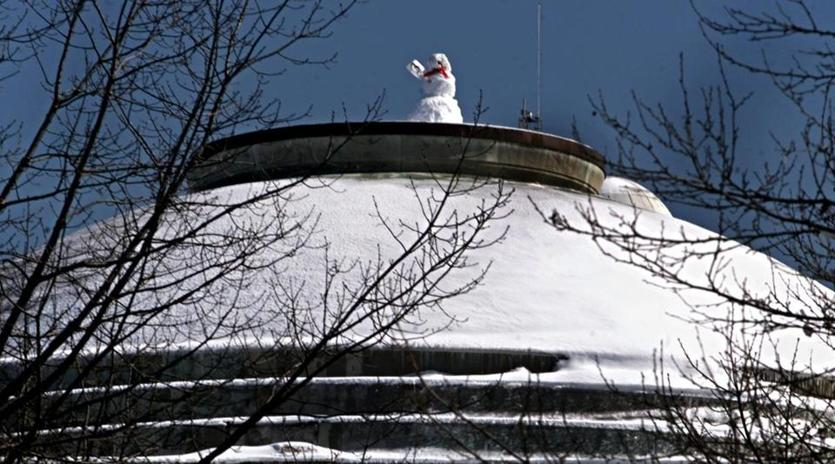 Cambridge,MA-3/8/01- Snowman on top of the dome at MIT. Library Tag 04012003 Health & Science