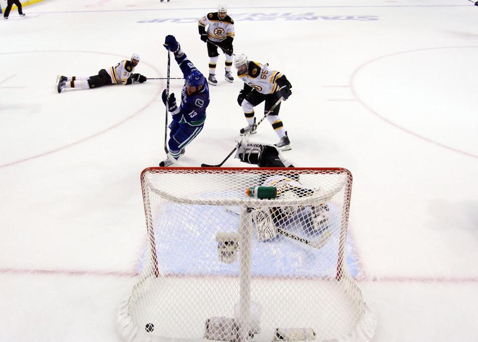 Raffi Torres, left, notches the game-winning goal in the closing seconds of Game 1.