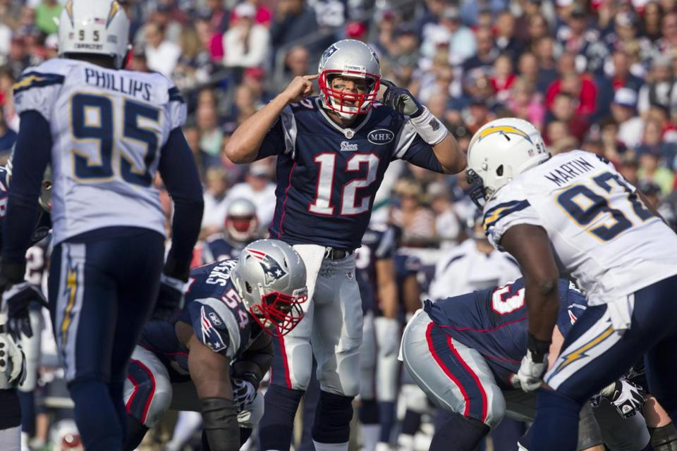 Tom Brady controls the line of scrimmage during the first quarter yesterday.