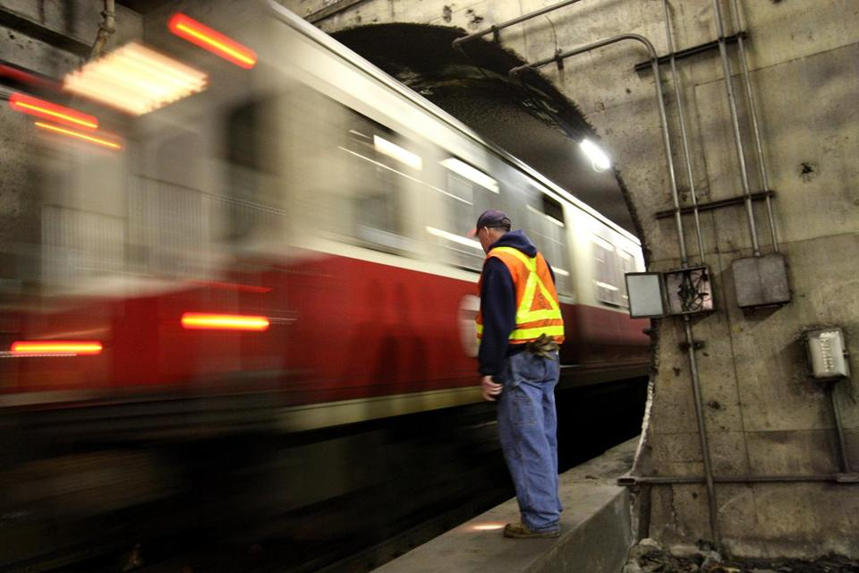 IN THE SUBWAY AT DAVIS -- Nov. 4, 2009 --- RED LINE--T worker, inspecting the tracks at Davis station waits as Red Line passes. (Boston Globe staff photo: Joanne Rathe sec: MET reporter: NOAH bierman) ONLINE CUTLINE BELOW: An MBTA worker waited to inspect the tracks on Nov. 4 at Davis station as a Red Line train passed. (Joanne Rathe/Globe staff) Library Tag 11082009 Metro
