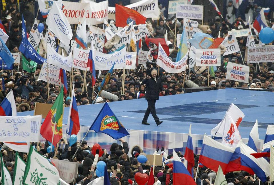 Prime Minister Vladimir Putin, who is seeking to return to the Russian presidency, marshaled his political machine yesterday, gathering tens of thousands of people in Moscow for a meticulously organized and heavily patriotic rally.