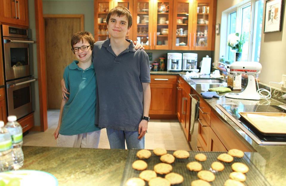 Walt (direita), com seu irmão Malcolm, faziam os biscoitos sem glúten, um domingo.  '' Eu fiz tão incrível'', disse Walt, que foi diagnosticado com autismo como um pré-escolar.
