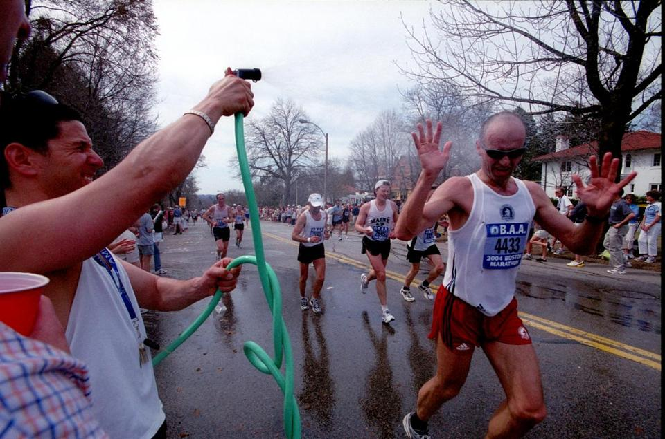 In 2004, temperatures hit 86 degrees, giving spectators a chance to help marathoners find ways to beat the heat.