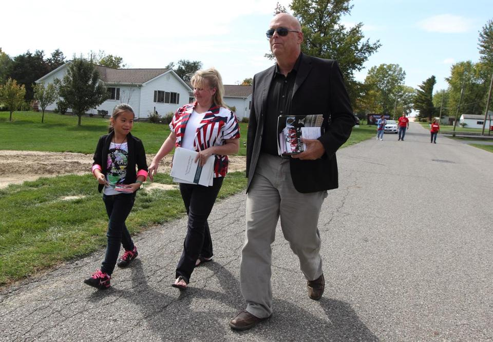 Tea Party activists Kristin Minor and Greg Fettig canvass neighborhoods in Wabash, Ind.