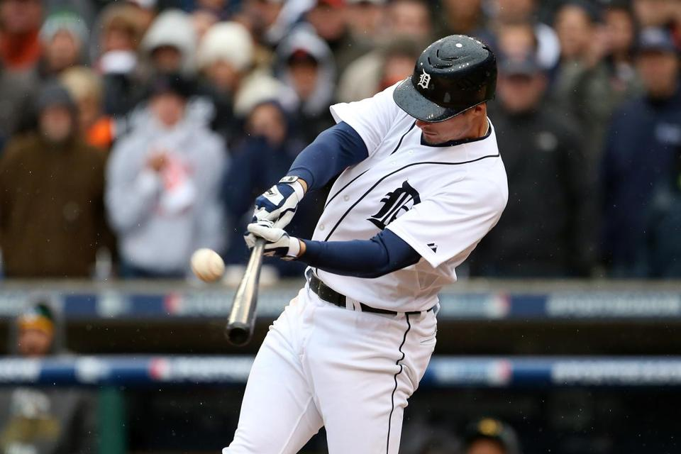 Don Kelly scored the tying run and hit the winning sacrifice fly after being a pinch runner.