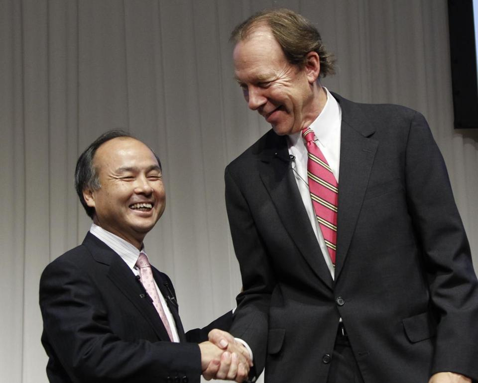 Softbank Corp. President Masayoshi Son (left) and Dan Hesse, chief executive of Sprint Nextel Corp., shook hands during a joint press conference in Tokyo on Monday.