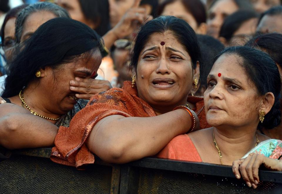 Women wept at the funeral of Shiv Sena party leader Bal Thackeray in Mumbai. Residents closed shops and other businesses, and kept taxis and rickshaws off the roads.