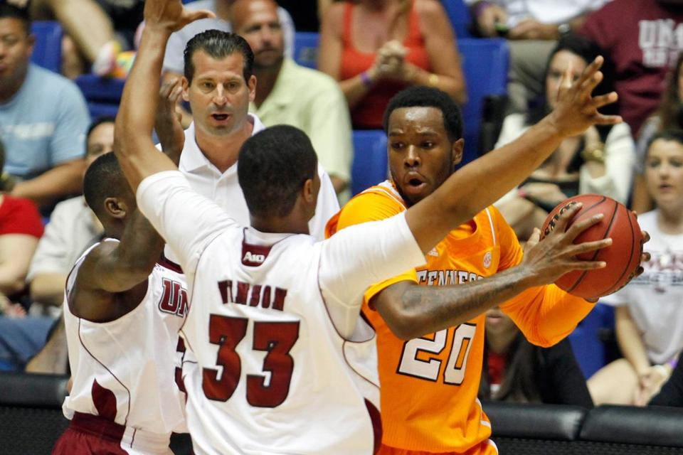 Tennessee's Kenny Hall is pressured by UMass' Chaz Williams (left) and Terrell Vinson during a Puerto Rico Tip-Off game in Bayamon on Sunday.