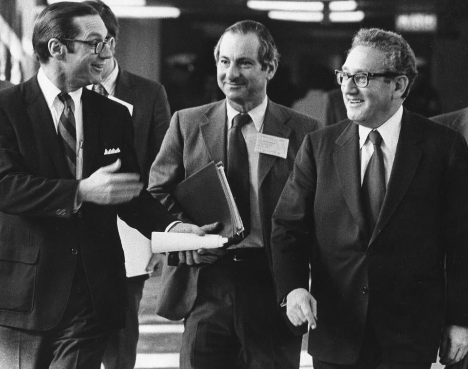 Mr. Sonnenfeldt (center), with William E. Simon and Henry Kissinger, arrived for an oil conference at the State Department in 1974.