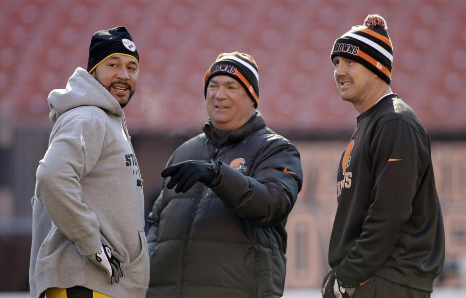 Mark Whipple (center) served as the Cleveland Browns' quarterbacks coach in 2012. He was out of football in 2013.