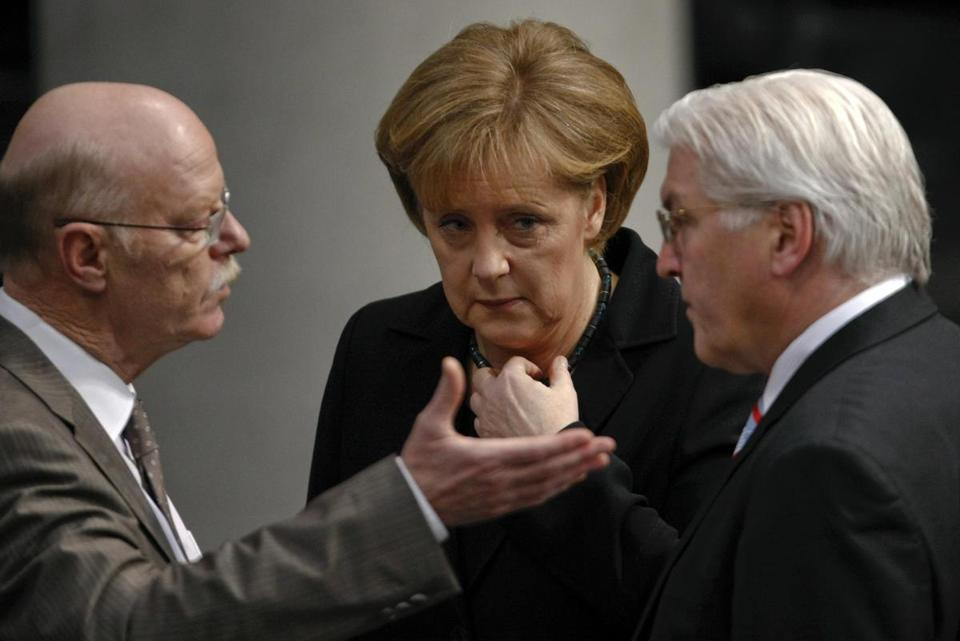 Peter Struck (left) with Angela Merkel in 2009.