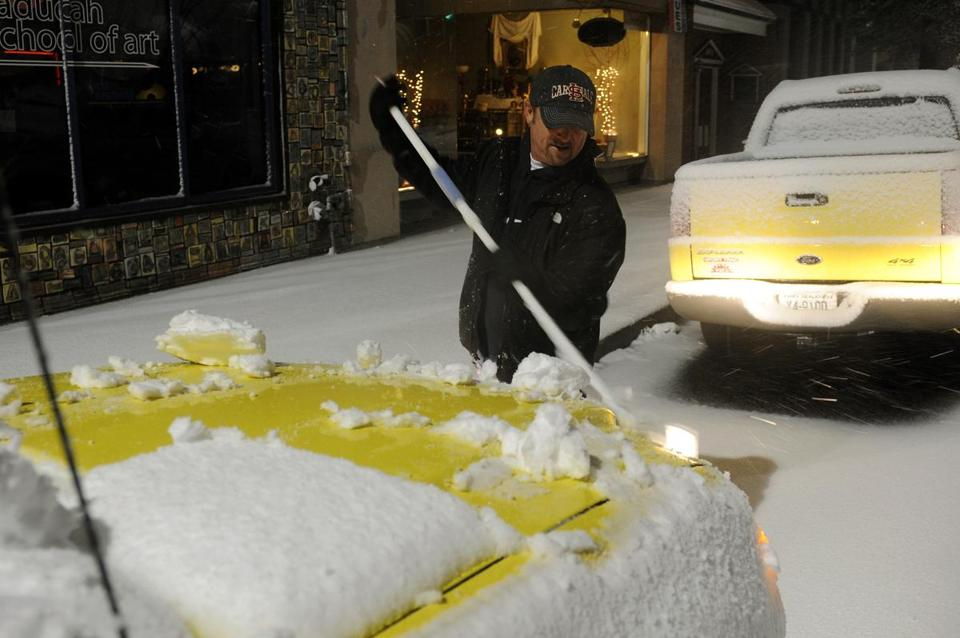 A swept snow off his SUV in Paducah, Ky., on Wednesday.