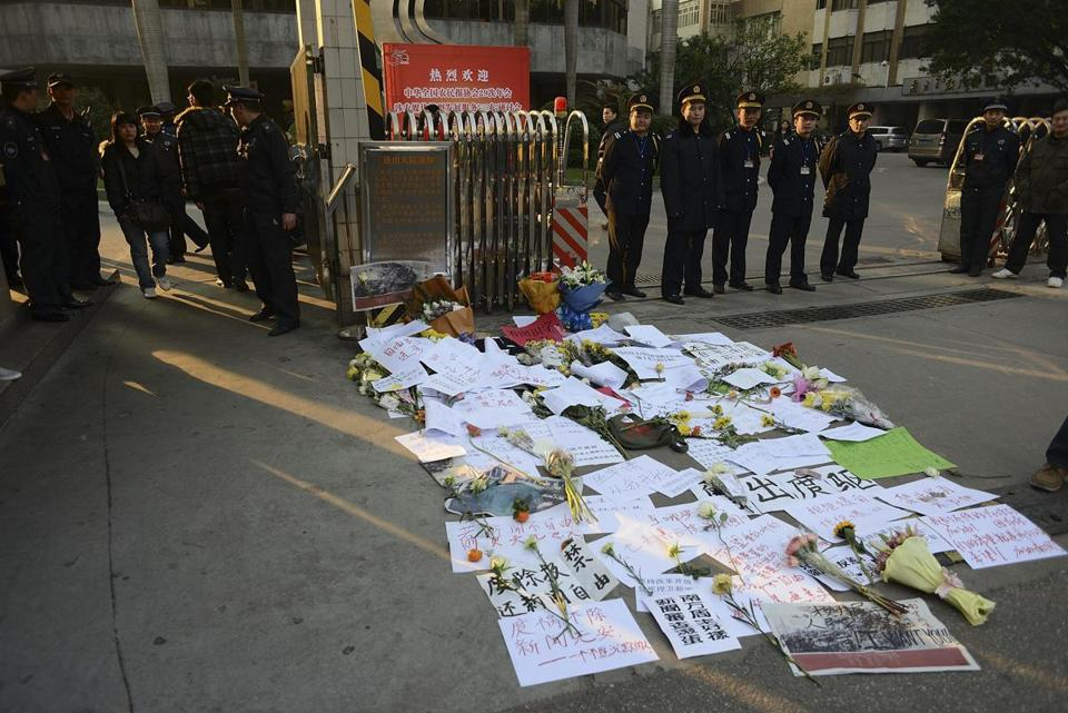 Protest banners and flowers were placed outside Southern Weekend newspaper Monday. Angry journalists have called for the removal of Guangdong's top propaganda official.