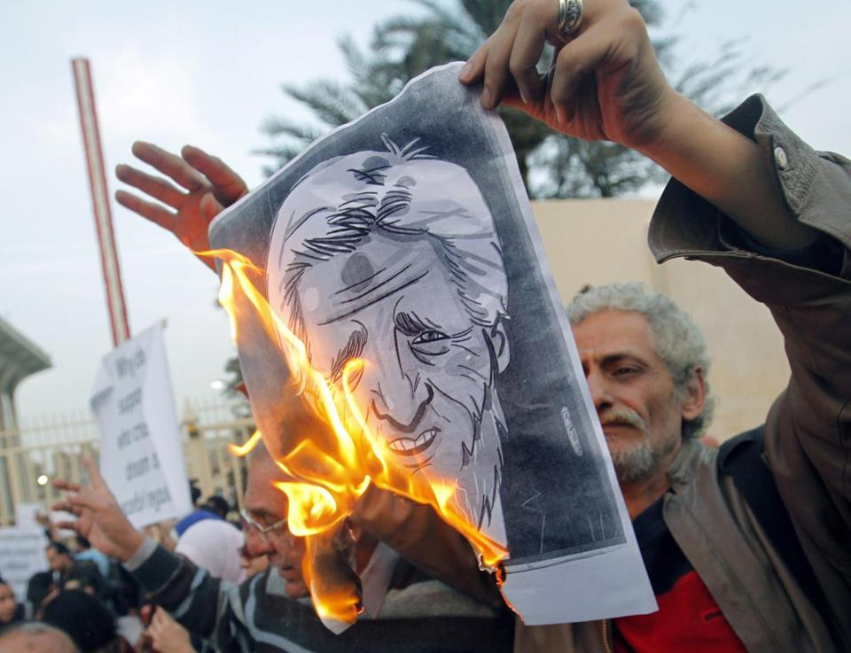 Egyptian activists burned a poster depicting John Kerry outside the foreign ministry.
