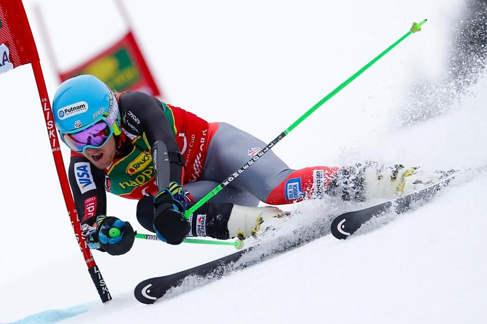 American Ted Ligety is on his way to a first-place finish in the giant slalom, clinching the World Cup discipline crown.
