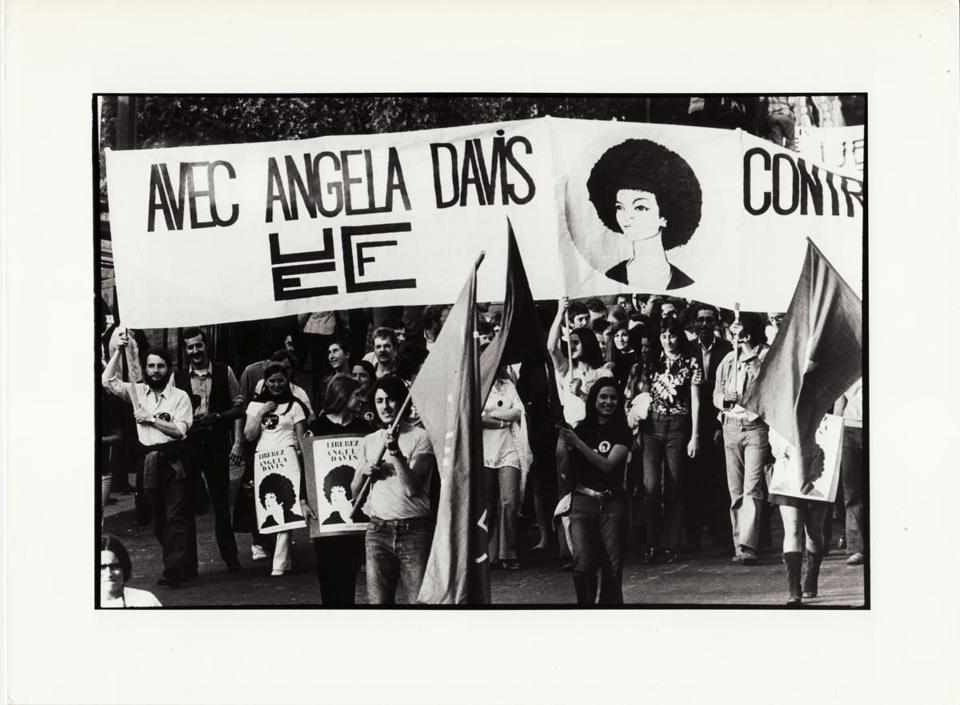 """Avec [With] Angela Davis"" banner in a ""Free Angela"" march in France, circa 1971, when she was jailed before her trial."