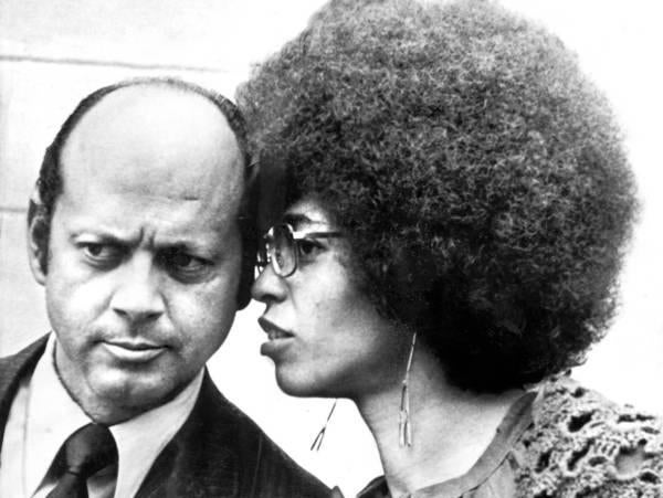 Leo Branton Jr. conferred with Angela Davis outside court in San Jose, Calif., in 1972.