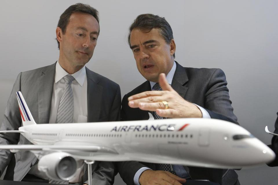 Airbus chairman Fabrice Bregier (left) with Air France-KLM chairman Alexandre de Juniac.