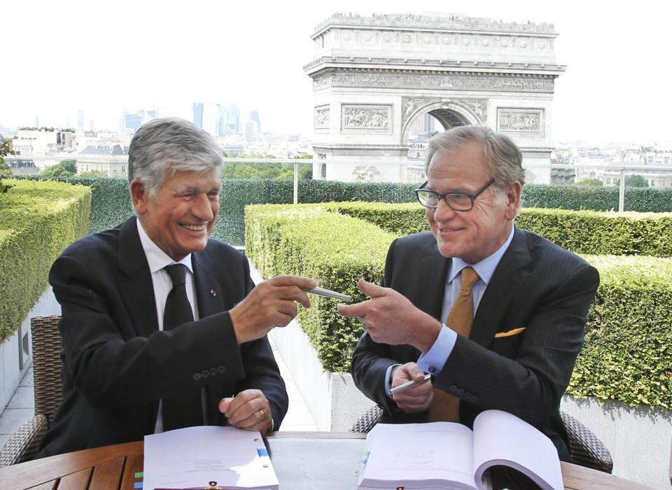 Maurice Levy (left), chief executive of Publicis, and John Wren, the head of Omnicom, exchanged a pencil during a signing ceremony prior to Sunday's news conference in Paris.