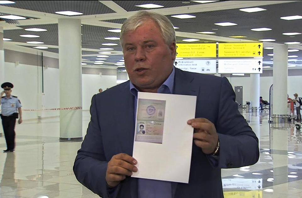 Russian lawyer Anatoly Kucherena showed a document allowing Edward Snowden cross the border into Russia.