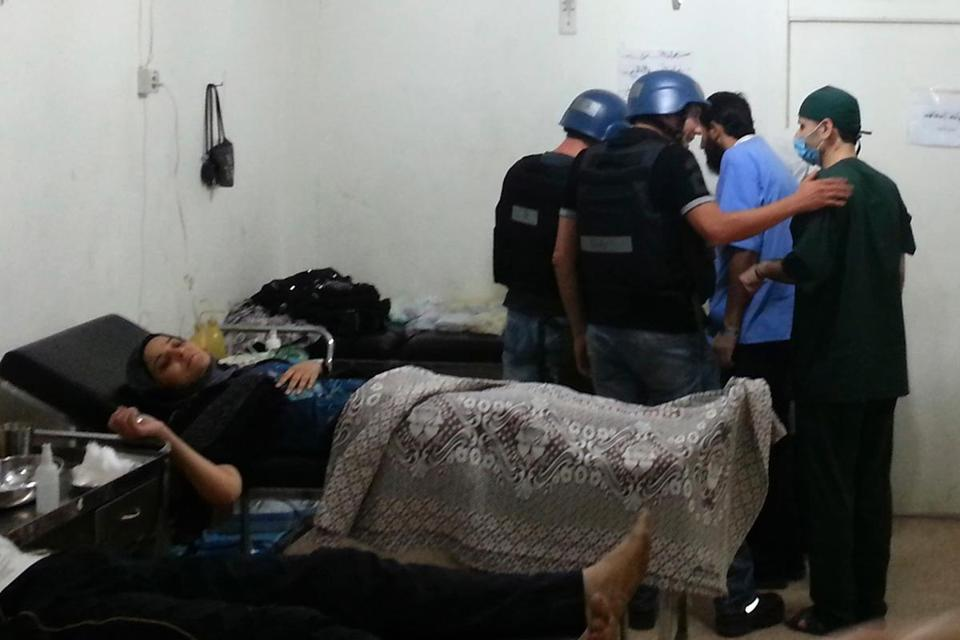 UN chemical weapons experts visited a Damascus hospital where people affected by an apparent gas attack were taken.