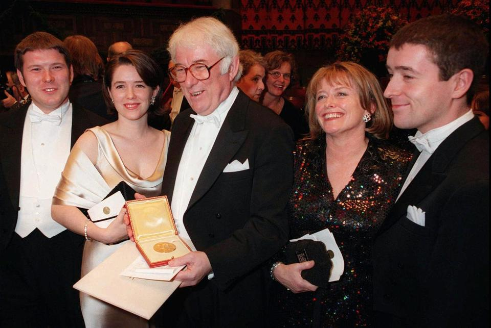 Irish poet Seamus Heaney, center, displayed his Nobel literature prize medal in 1995. With him are, from left, his son Michael, daughter Catherine, his wife Marie and son Christopher.