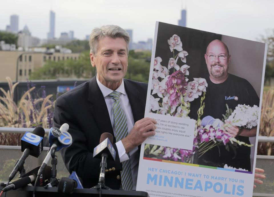 Mayor R.T. Rybak of Minneapolis displayed an ad during his visit to a Chicago neighborhood,