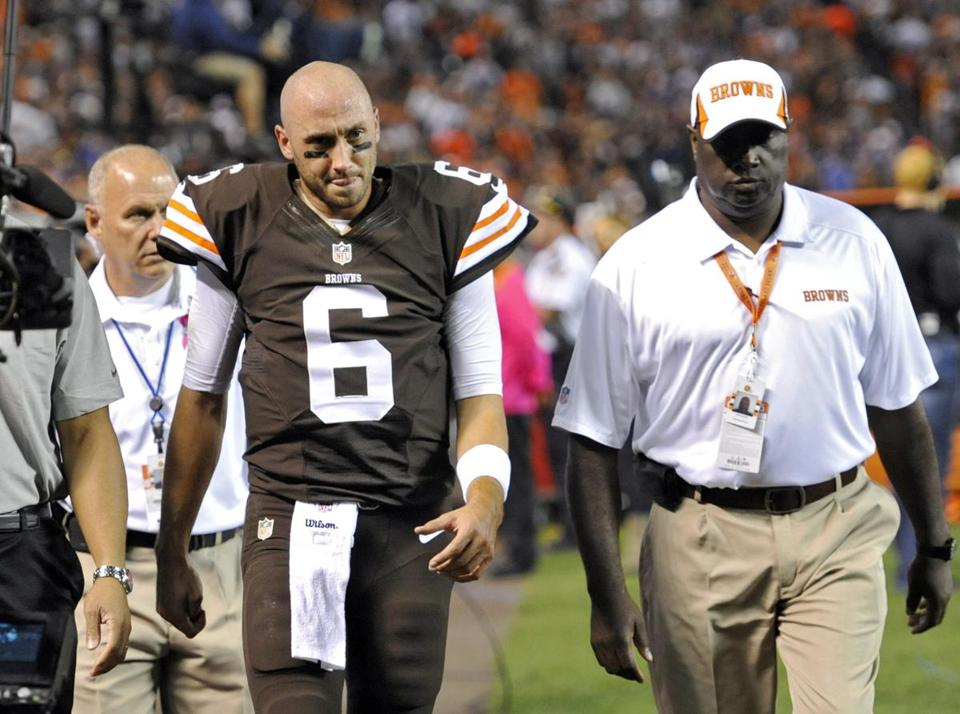Browns quarterback Brian Hoyer, Tom Brady's former backup, was taken to the locker room after a knee injury in the first quarter Thursday.