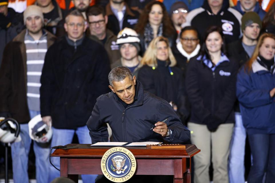 President Obama signed an executive order Wednesday mandating US contractors raise their minimum wage to $10.10.